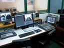 Cabine de controle anexa ao estúdio-sala de aula.
